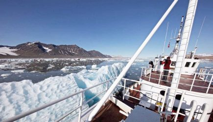expedition-vessel-cruise-in-svalbard